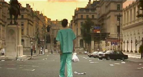 Cillian Murphy frente a una ciudad vacía en 28 DAYS LATER... (2002)