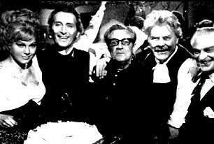 Risas en el plató de FRANKENSTEIN CREATED WOMAN. Susan Denberg, Peter Cushing, Terence Fisher y Thorley Walters.